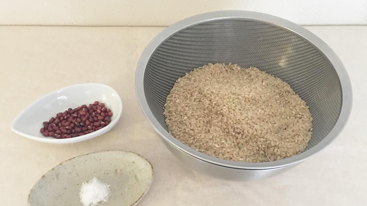 玄米と小豆と塩の写真