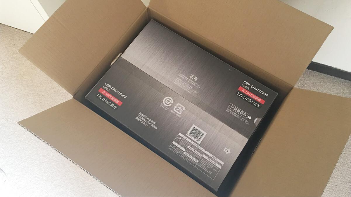 外箱に入っている、CUCKOO クック New圧力名人DXの箱